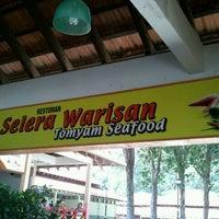 Photo taken at Restoran Selera Warisan Tom Yam Seafood by hasnol r. on 10/17/2011