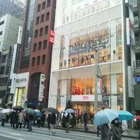 Das Foto wurde bei UNIQLO von takanobu m. am 3/17/2012 aufgenommen