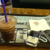 Photo taken at The Coffee Bean & Tea Leaf by Dutuquynh on 6/2/2012