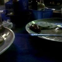 Photo taken at IHAW-IHAW Panggang Seafood by Lee D. on 8/27/2012