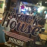 Das Foto wurde bei Stackhouse Burgers von TomahawkBrock am 4/12/2012 aufgenommen