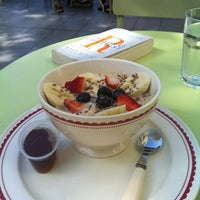 Photo taken at La Boulange de Palo Alto by Lexi on 8/14/2012