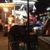 Photo taken at ลาบบุญมี ประชาสงเคราะห์ 23 by Khunnie . on 5/7/2012