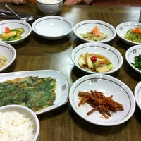 Photo taken at 산채 들채 바다채 쌈밥 by Wonho E. on 8/14/2011