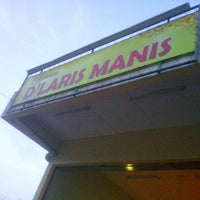 Photo taken at De' Laris Manis by Hazrul L. on 8/8/2011