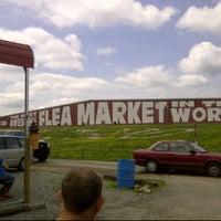 รูปภาพถ่ายที่ World's Awesome Flea Market โดย Calvin C. เมื่อ 5/5/2012