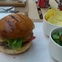 6/17/2012 tarihinde Yesim K.ziyaretçi tarafından Burger Joint'de çekilen fotoğraf