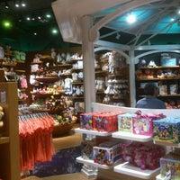 Foto tomada en Disney Store por Antonio el 5/14/2012