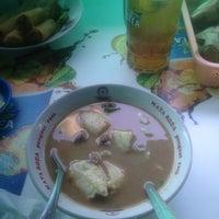 Foto diambil di Coto Makassar La Capila oleh Anisa S. pada 4/27/2016