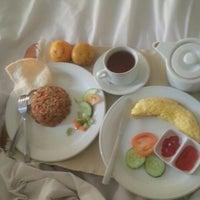 Photo taken at Amaris Hotel Cihampelas by Enandar s. on 4/9/2014