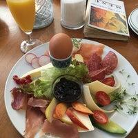 Das Foto wurde bei CAFÉ gestern, heute & morgen von Yowan В. am 8/6/2017 aufgenommen