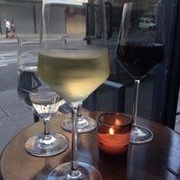 Photo prise au Clos Wine Bar par Angela S. le7/14/2014