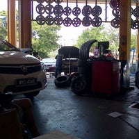 Photo taken at Pusat Servis Kereta Soon Kenn by MrsEryz A. on 7/27/2013