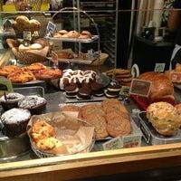 Das Foto wurde bei Flour Bakery & Cafe von Barbie L. am 3/22/2013 aufgenommen