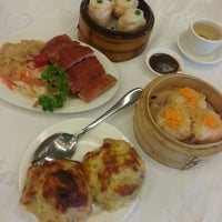 Photo taken at Gold Leaf Chinese Restaurant by Rin B. on 4/29/2014