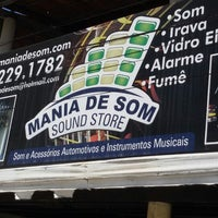 Photo taken at Mania de Som by Fábio B. on 8/7/2014
