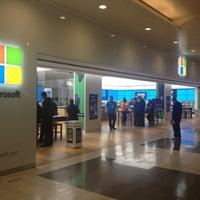 Foto tirada no(a) Microsoft Store por Winnie L. em 4/26/2013