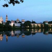 5/31/2013 tarihinde Tatyana S.ziyaretçi tarafından Novodevichy Park'de çekilen fotoğraf