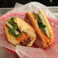 9/15/2012 tarihinde D L.ziyaretçi tarafından Xe Máy Sandwich Shop'de çekilen fotoğraf