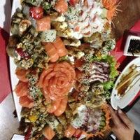 Foto tirada no(a) Sensei Lounge Sushi por Larissa P. em 5/15/2013