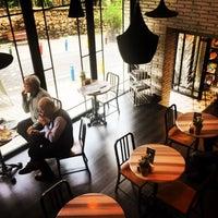 4/1/2015 tarihinde Eslem A.ziyaretçi tarafından Tasarım Bookshop Cafe'de çekilen fotoğraf
