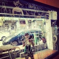 Photo prise au The Pigeonhole par Clare T. le12/18/2012