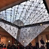 Foto tirada no(a) Pyramide Inversée du Carrousel por Olivier C. em 10/29/2013