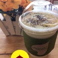 Photo taken at Mooshi Green Smoothie + Juice Bar by Eppie D. on 12/6/2016