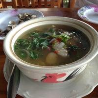 Photo taken at ป้าสาวซีฟู้ด by JingleBell A. on 9/14/2013