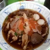 Photo taken at เจ๊กเม้ง ก๋วยเตี๋ยวเนื้อต้นตํารับเพชรบุรี by NNUTZ b. on 10/26/2012