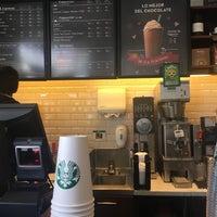 Foto tomada en Starbucks Coffee por Lyn M. el 3/4/2017