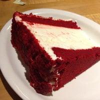 Foto tirada no(a) Junior's Restaurant & Bakery por Mike C. em 11/3/2012