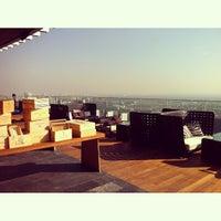 Foto scattata a Octave Rooftop Lounge & Bar da Ken Kreangsak L. il 3/26/2013