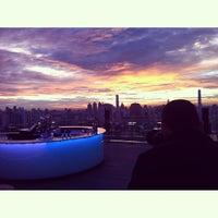 Foto scattata a Octave Rooftop Lounge & Bar da Ken Kreangsak L. il 6/30/2013