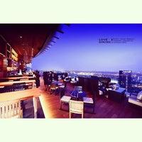 Foto scattata a Octave Rooftop Lounge & Bar da Ken Kreangsak L. il 4/22/2013