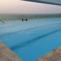 Photo taken at Bar y piscina borde infinito - Hotel Las Américas by Alejandro P. on 3/25/2014