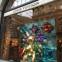 Foto diambil di Louis Vuitton oleh S 🤗 pada 11/13/2017