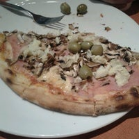 Photo taken at Pizzeria Maestro by Claudia P. on 8/25/2013