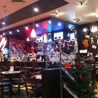 Photo taken at T.G.I. Friday's by Андрей З. on 12/25/2012