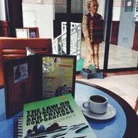 Foto tomada en Reader's Cafe por Joyce E. el 1/14/2015