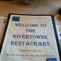 รูปภาพถ่ายที่ Rivertowne โดย Ryan H. เมื่อ 10/11/2012