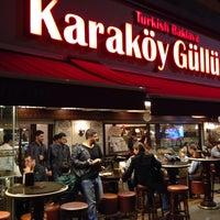 10/16/2013 tarihinde Khalid A.ziyaretçi tarafından Karaköy Güllüoğlu'de çekilen fotoğraf