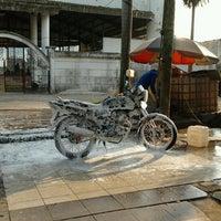 Photo taken at Jaya Car Wash by Widi DW on 9/16/2012