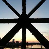 Foto tomada en Clinton Presidential Park Bridge por Misty B. el 3/15/2013
