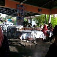 Photo taken at Laksa Pokok Limau by Wan Faizal on 1/21/2013