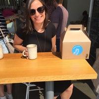 Foto tomada en General Porpoise Coffee & Doughnuts por Adele H. el 8/27/2017