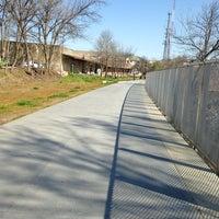 Das Foto wurde bei Freedom Park Trail at the Atlanta BeltLine von Tori P. am 3/10/2013 aufgenommen