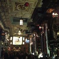 12/16/2012 tarihinde Mo D.ziyaretçi tarafından Lillie's Times Square'de çekilen fotoğraf