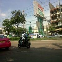 Photo taken at Tesco Lotus by Pattarapon V. on 11/16/2012