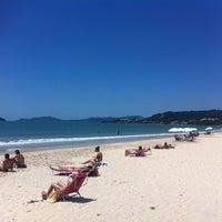 Foto tirada no(a) Praia de Jurerê Internacional por Carolina L. em 10/18/2012